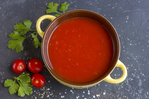 Sopa fria tradicional espanhola vegetabl gazpacho. Foto Premium