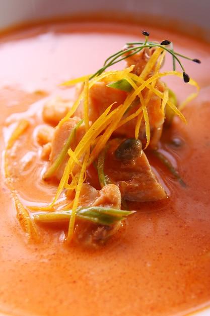 Sopa gourmet fresca com carne Foto gratuita