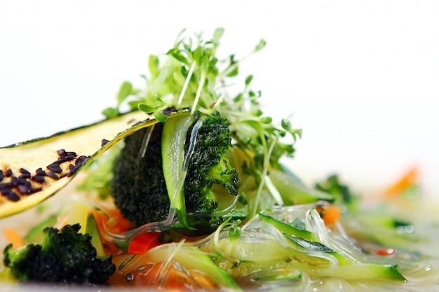 Sopa gourmet vegetariana de legumes da estação Foto gratuita