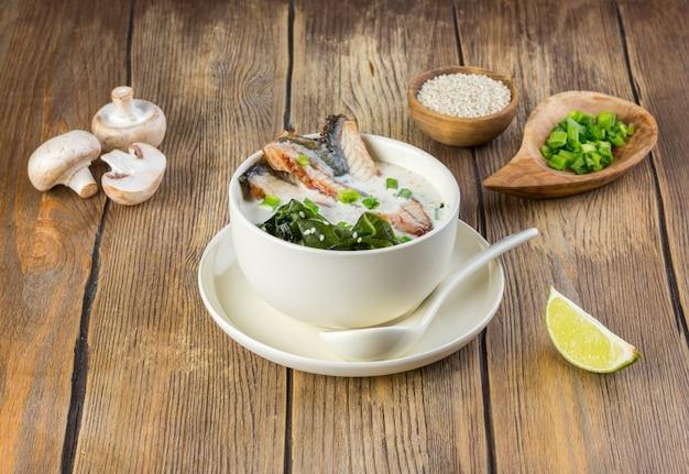 Sopa japonesa com enguia e miso Foto Premium