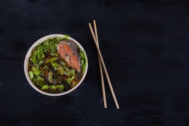 Sopa japonesa tradicional com algas wakame, legumes e salmão Foto Premium