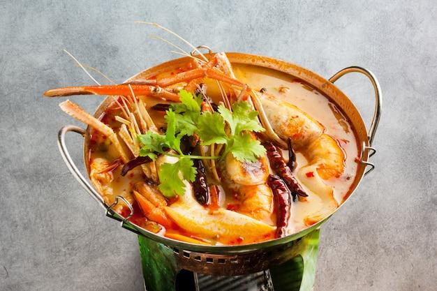 Sopa quente e azeda de camarão Foto Premium