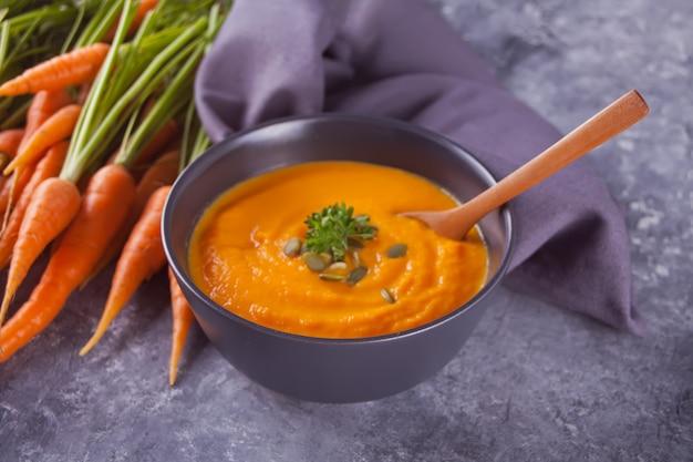 Sopa saudável do creme da cenoura comer. sopa de legumes vegetariana. Foto Premium