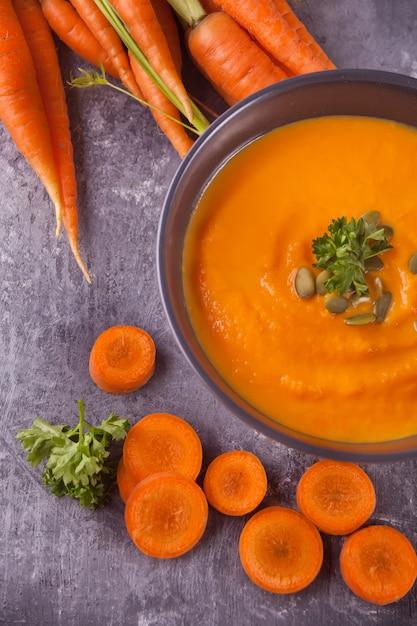 Sopa saudável do creme da cenoura comer. Foto Premium