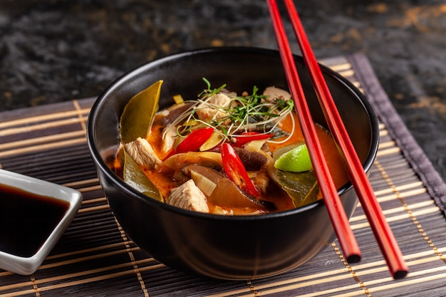 Sopa tailandesa tom inhame de frango. Foto Premium