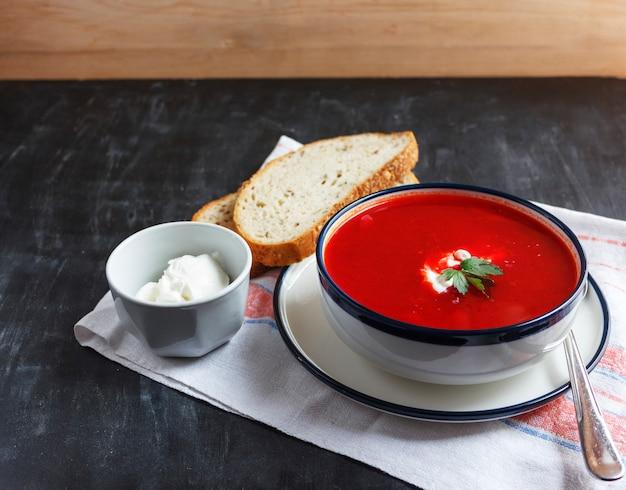 Sopa tradicional da beterraba vermelha - borsch. comida vegetariana vegetariana Foto Premium