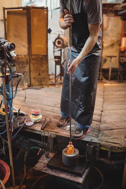 Soprador de vidro usando molde para moldar um vidro fundido Foto gratuita