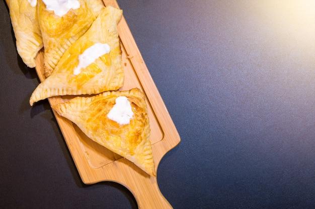 Sopros com requeijão e creme de leite em uma bandeja de madeira. Foto Premium