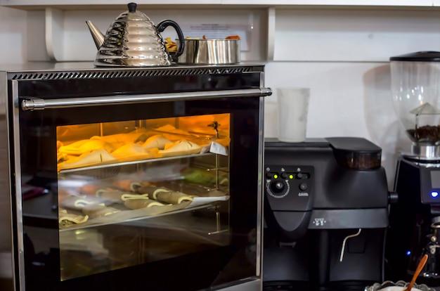 Sopros crus em uma assadeira são cozidos no forno. Foto Premium