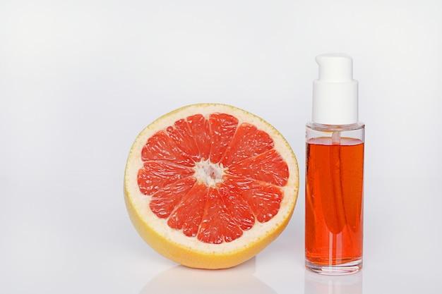 Soro para rosto com extrato de toranja. soro cítrico de laranja com óleo essencial de toranja e grapefruit em uma seção cosméticos orgânicos com extrato de citros Foto Premium