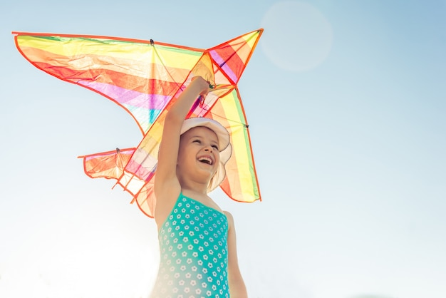 Sorria menina e lança aviões. Foto Premium