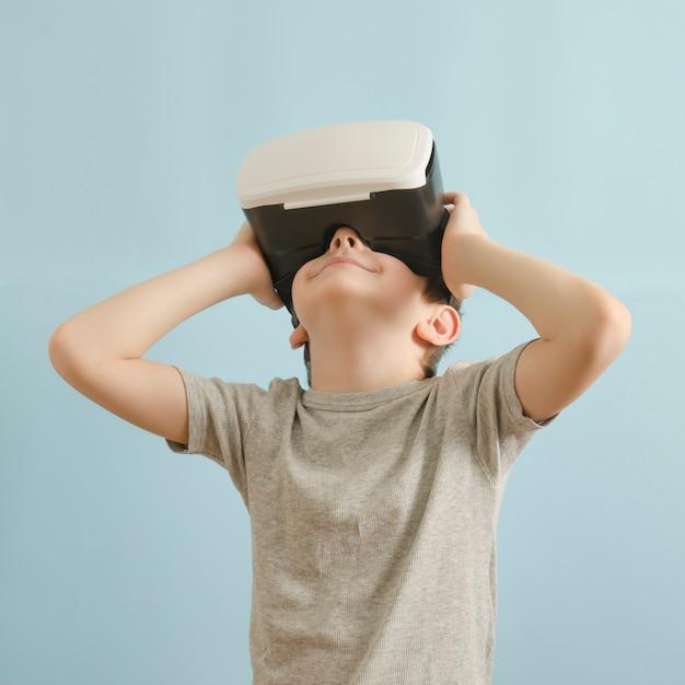 Sorria menino com óculos de realidade virtual. Foto Premium