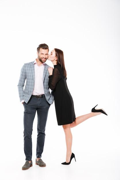 Sorridente jovem casal apaixonado em pé isolado Foto gratuita