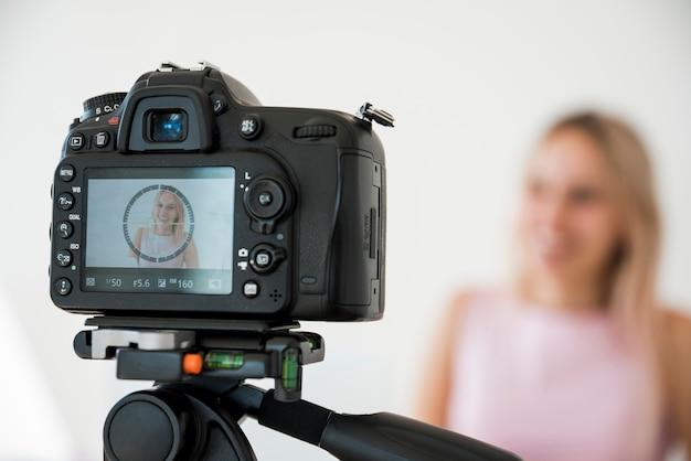 Sorridente vídeo de gravação influenciador Foto gratuita