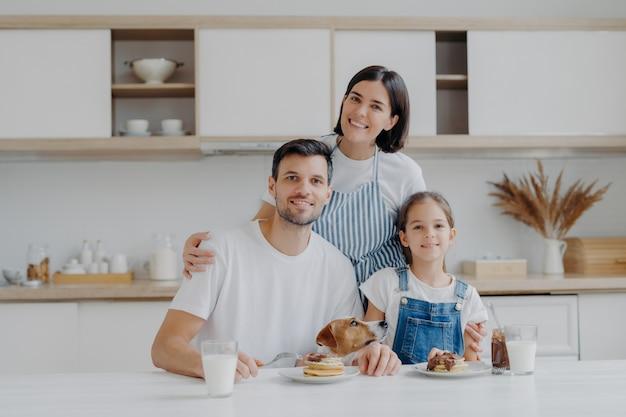 Sorrindo adorável mãe e esposa abraça com amor filha e marido Foto Premium