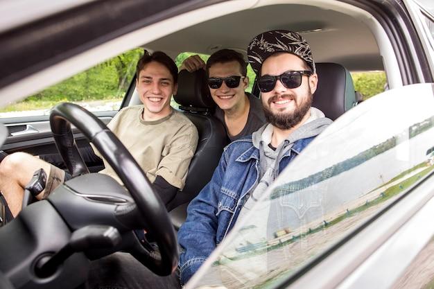 Sorrindo, amigos, sentando, carro, em, viagem Foto gratuita