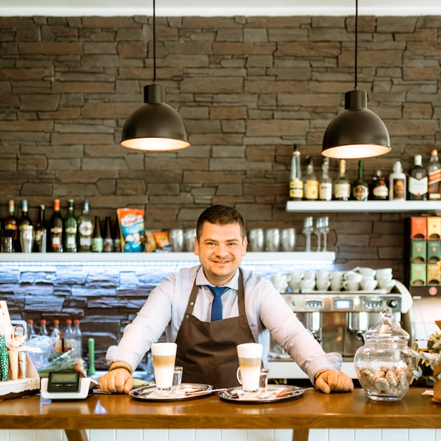 Sorrindo, barman Foto gratuita
