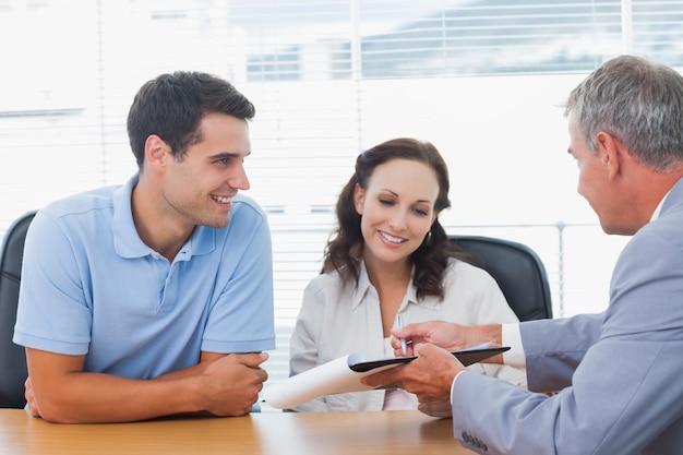 Lo que tienes que hacer para conseguir un buen negocio de venta de propiedades Sorrindo-casal-assinando-contrato-com-agente-imobiliario_13339-100811
