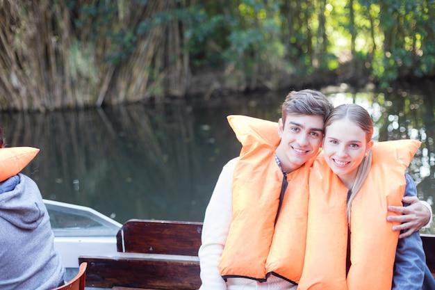 Sorrindo casal curtindo a excursão Foto gratuita