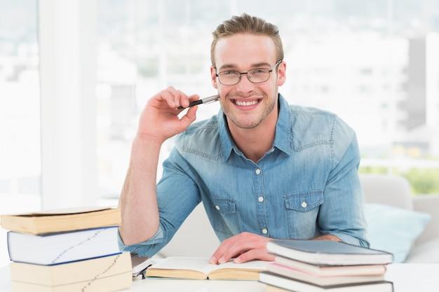 Sorrindo, casual, homem negócios, estudar, em, seu, escrivaninha Foto Premium