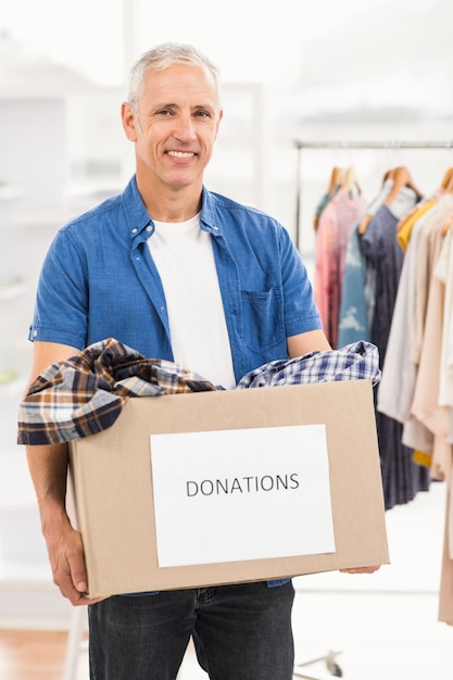 Sorrindo, casual, homem negócios, segurando, doação, caixa Foto Premium