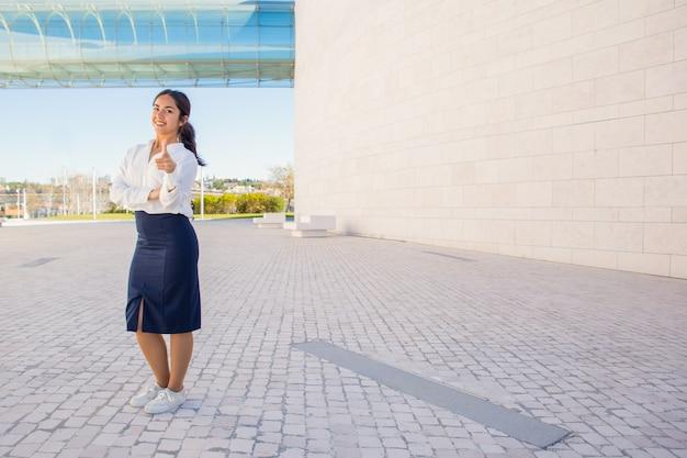 Sorrindo confiante gerente de rh escolhendo você Foto gratuita