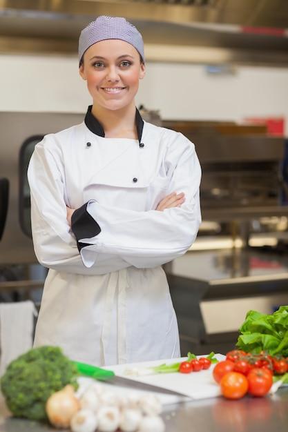 Sorrindo, cozinheiro, dobrando, dela, braços, ao lado, legumes Foto Premium