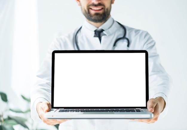 Sorrindo, doutor, demonstrar, laptop Foto gratuita