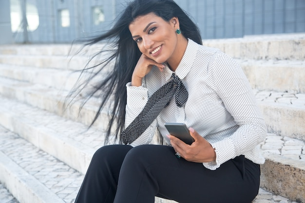 Sorrindo empresária elegante olhando a câmera Foto gratuita