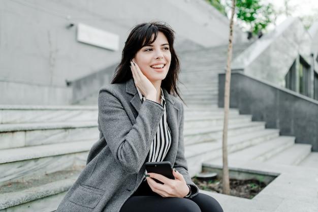 Sorrindo, executiva, conversa telefone, através, sem fios, vagens orelha Foto Premium