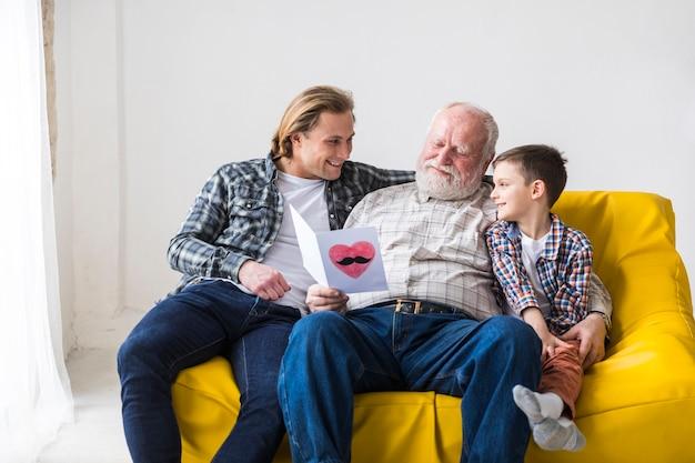 Sorrindo, família homens, abraçando, ligado, sofá Foto gratuita