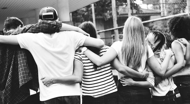 Sorrindo, feliz, jovem, adulto, amigos, braços, ao redor, ombro, ao ar livre Foto Premium