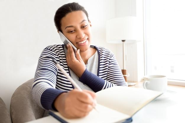 Sorrindo, femininas, gerente, falando, cliente, telefone Foto gratuita