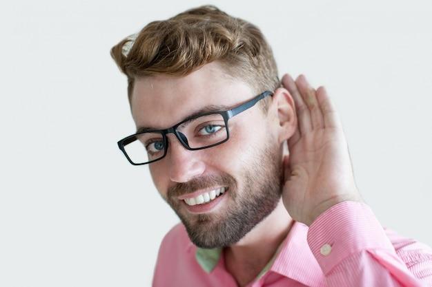 Sorrindo, homem bonito, segurando, mão, perto, orelha Foto Premium