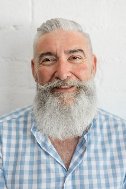 Sorrindo, homem idoso, em, camisa, em, estúdio Foto gratuita