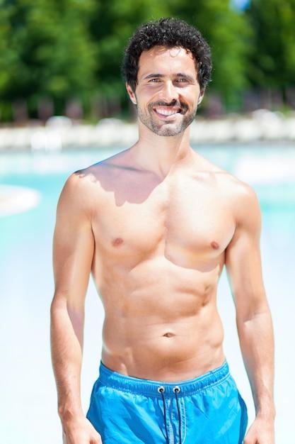 Sorrindo, homem jovem, relaxante, enquanto, férias Foto Premium