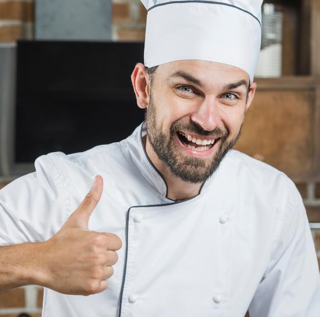 Sorrindo, homem, mostrando, polegar cima, sinal Foto gratuita