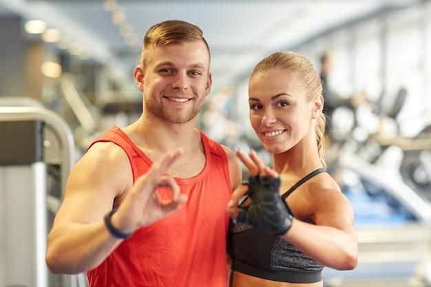 Sorrindo, homem mulher, mostrando, ok, mão, sinal, em, ginásio ...