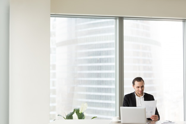 Sorrindo, homem negócios, em, escritório Foto gratuita