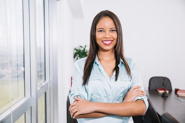 Sorrindo, jovem americano africano, perto, janela Foto gratuita