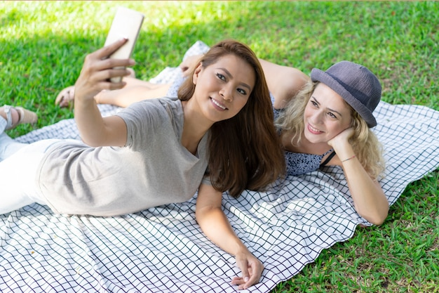 Sorrindo, jovem, multi-étnico, mulheres, relaxante, ligado, cobertor Foto gratuita