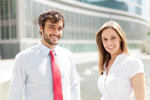 Sorrindo jovens empresários Foto Premium