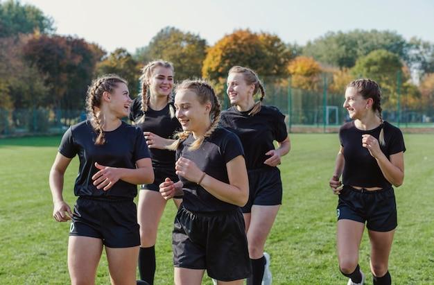 Sorrindo loiro mulheres correndo Foto gratuita