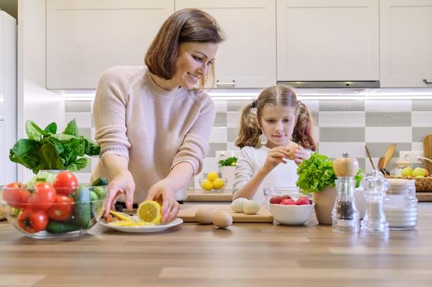 Sorrindo, mãe filha, 8, 9, anos velho, cozinhar, junto, em, cozinha Foto Premium