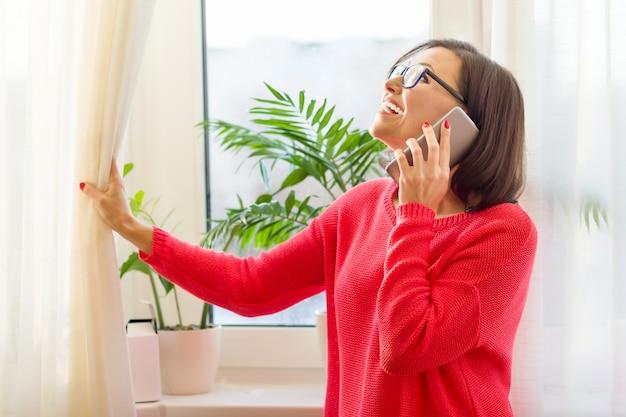 Sorrindo, middle-aged, mulher fala, ligado, telefone Foto Premium