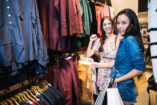 Sorrindo Modelos Posando Na Loja De Roupas Baixar Fotos Gratuitas