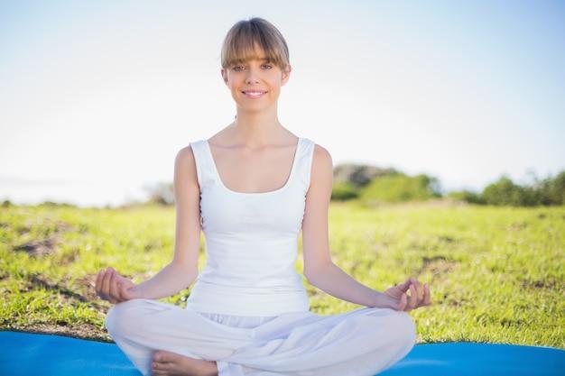 Sorrindo, natural, mulher jovem, fazendo, ioga Foto Premium