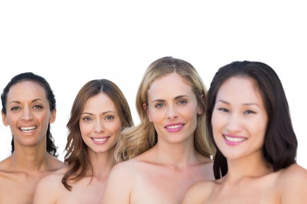 Sorrindo Nus Modelos Posando Em Uma Linha Com A Morena No Fundo