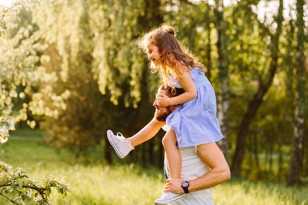 Sorrindo, pai, carregar, dela, filha, ombros Foto gratuita