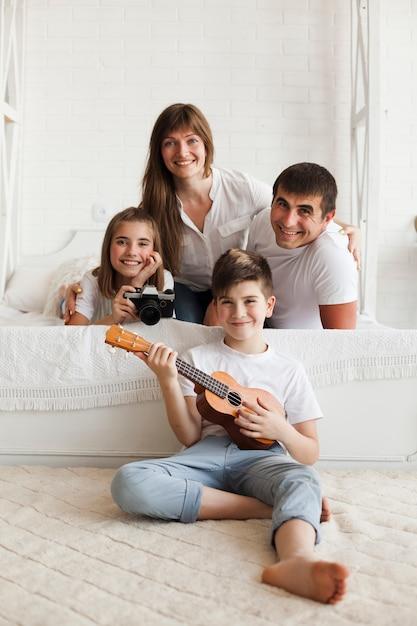 Sorrindo, pai, com, seu, crianças, olhando câmera Foto gratuita